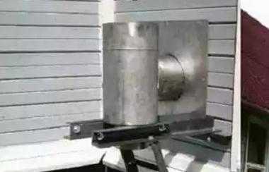 Металлическая заглушка в стене для дымовой трубы