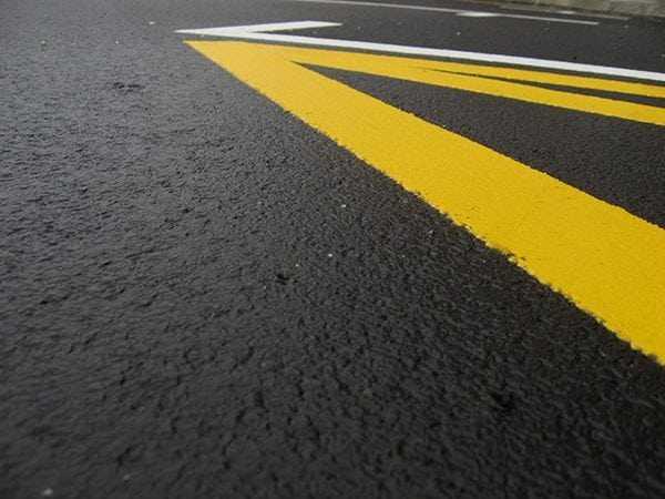 Желтая и белая дорожная разметка
