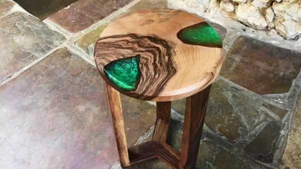 Оригинальный табурет из дерева с заливкой эпоксидкой