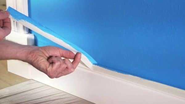 Аккуратная покраска стен с помощью малярной ленты