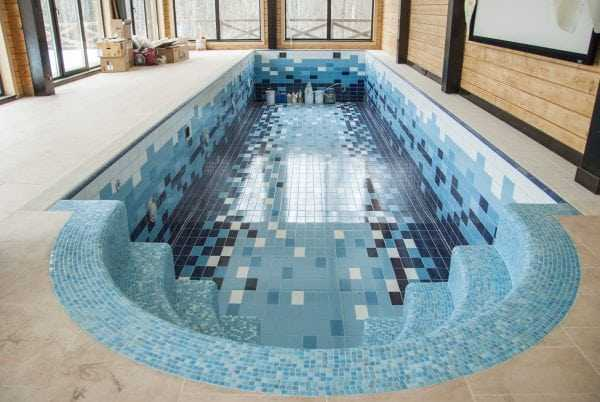 Клей для укладки плитки в бассейне должен быть водостойким, эластичным, обладать антисептическими свойствами