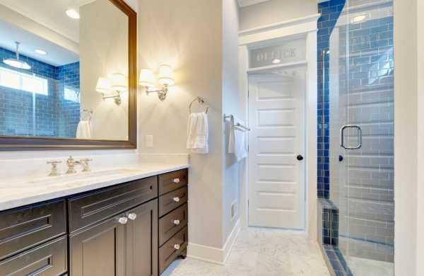 Белая дверь в ванной