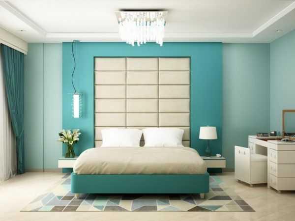 Потолок в мятной комнате обычно оформляют в белом цвете