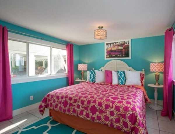 Бирюзово-розовая спальня