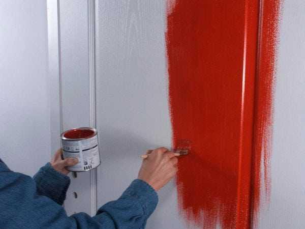 Покраска дверей в красный цвет