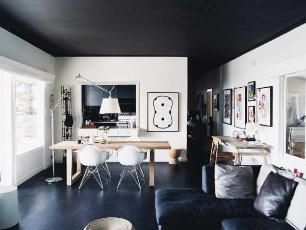 Черные потолок и пол и белые стены