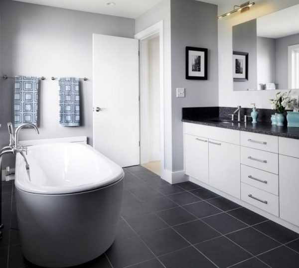 Черный пол в светлой ванной комнате