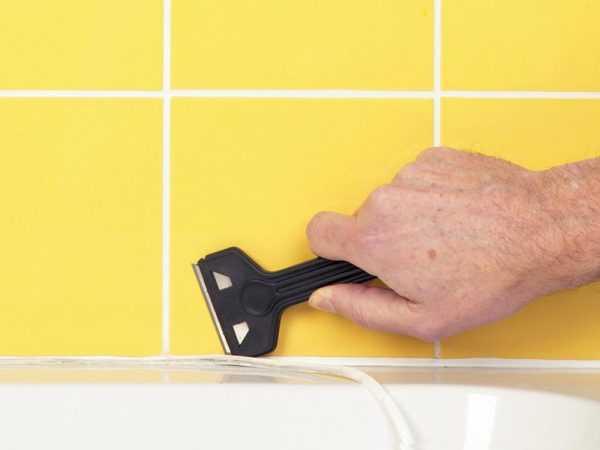 Удаление старого герметика с ванны