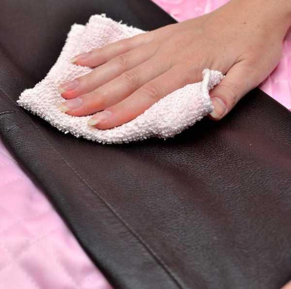 Удалить ржавчину с изделий из натуральной кожи можно с помощью бензина