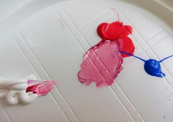Получение бордового цвета путем смешивания красной и синей краски