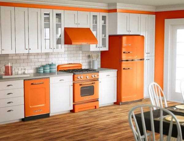 Оранжевая бытовая техника в интерьере кухни
