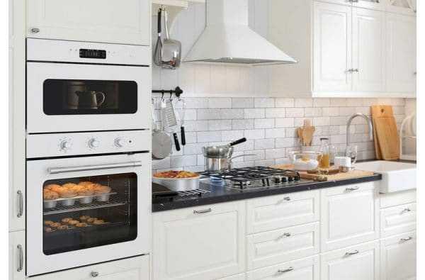 Белая бытовая техника в дизайне кухни