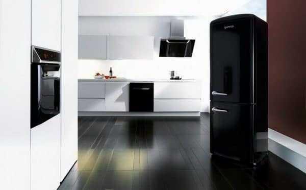 Черная бытовая техника в интерьере кухни