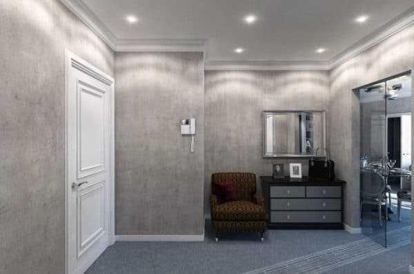 Серые стены в коридоре