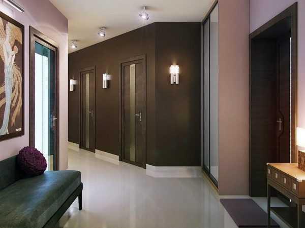 Дизайн коридора с коричневыми стенам