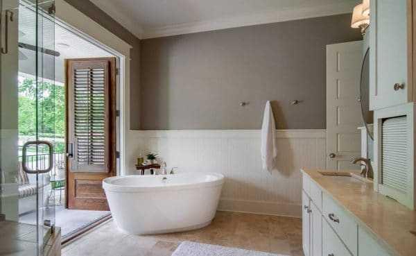 Дизайн ванной комнаты с использованием серого, белого и бежевого оттенков