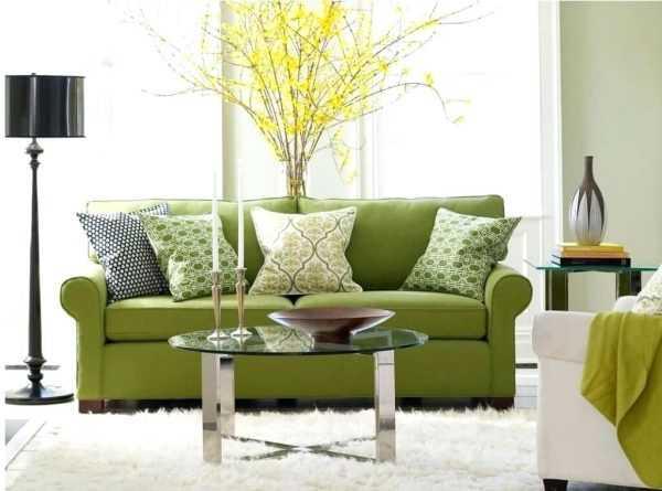 Фисташковый диван в интерьере