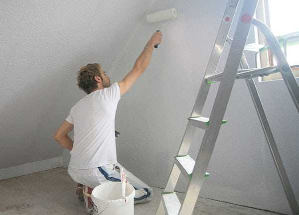 Нанесение грунтовки на покрашенную стену