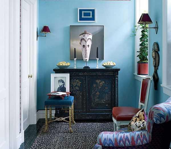 Голубые стены в коридоре