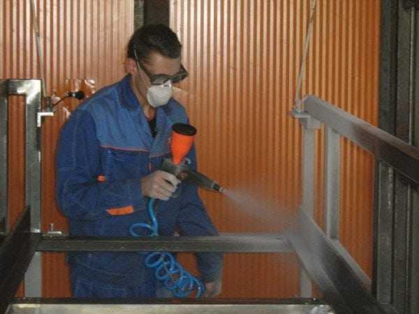 Нанесение грунт-эмали с помощью пневматического распылителя