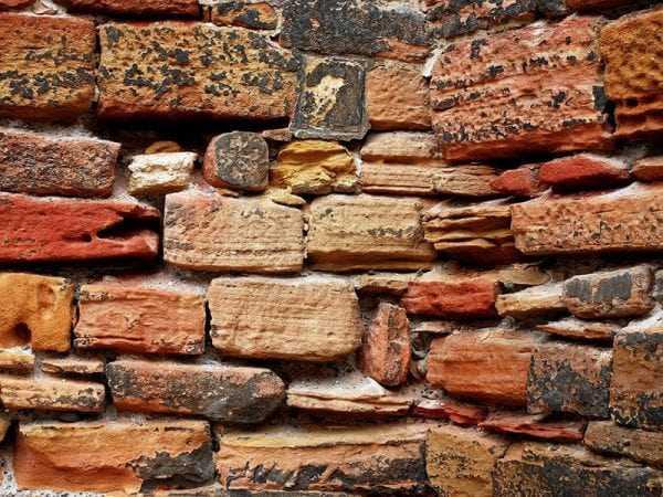 Стена из кирпича