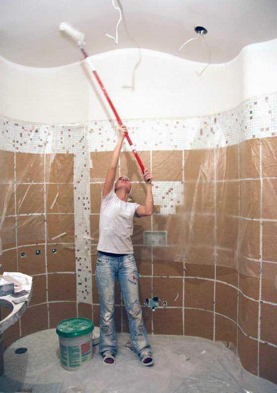 Для начала нужно прогрунтовать поверхность потолка