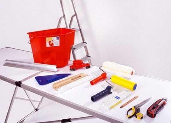 Инструменты для очистки потолка и наклейки плитки
