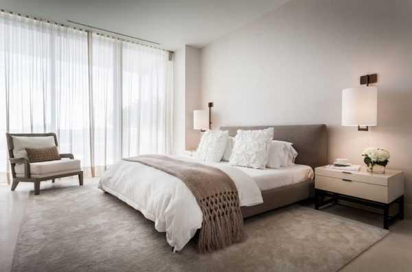 Интерьер белой спальни дизайн стен в светлых тонах