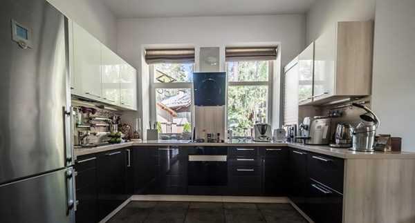 Интерьер кухни в загородном доме Родиона Газманова