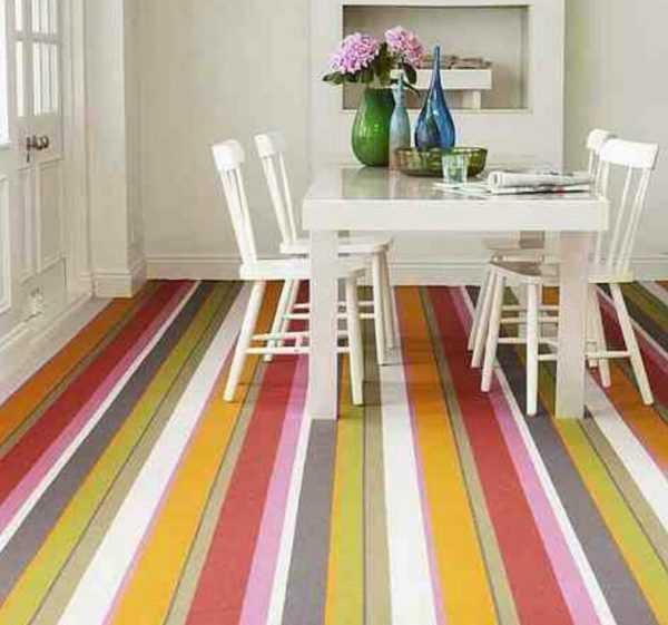 Интерьер с полосатым цветным полом