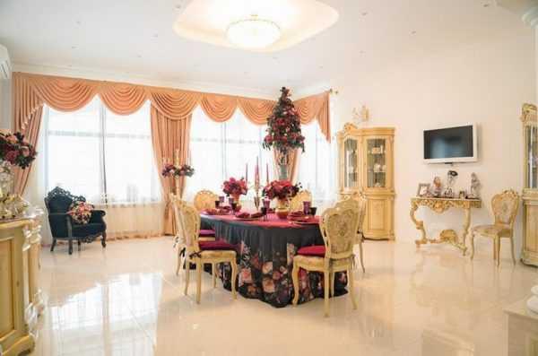 Интерьер столовой на первом этаже дома