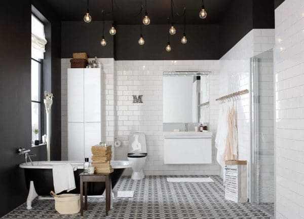 Интерьер ванной с черным потолком