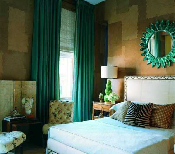 Изумрудные шторы в интерьере спальни