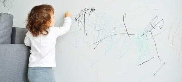 Ребенок рисующий на обоях