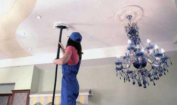 Мытье потолка на стремянке