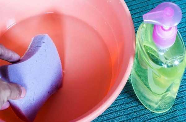 Растворение жидкого мыла в воде для чистки кошелька