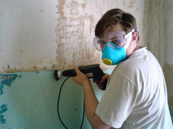 Снятие краски со стен при помощи электроинструментов