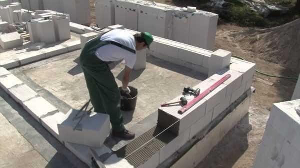 Для укладки газобетонных блоков требуется специальный состав
