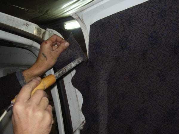 Клей 888 используется для приклейки материалов в салоне автомобиля