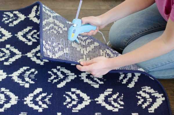 Термоклей нанесли на ковер