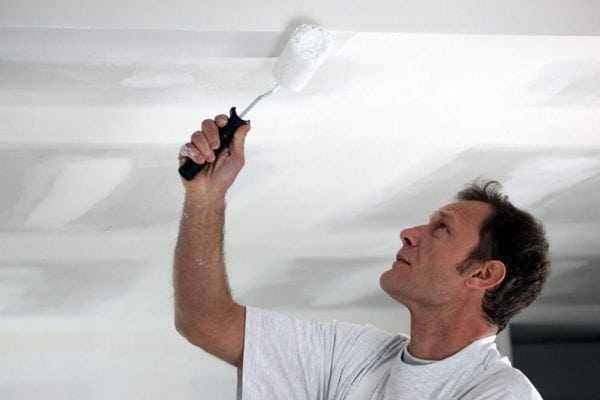 Покраска потолка в белый цвет