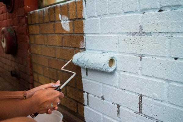 Нанесение краски на кирпичную стену