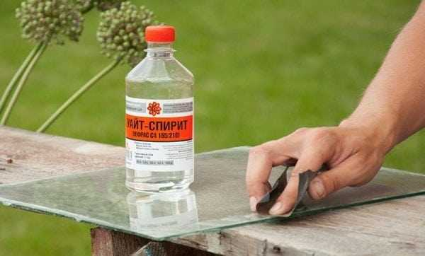 Чистка поверхности стекла от загрязнений Уайт-спиритом