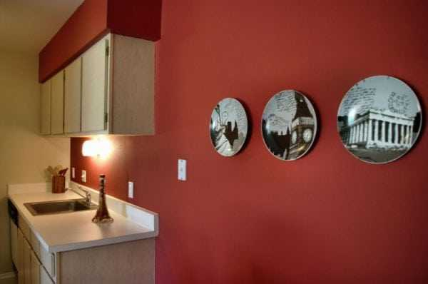 Кухня выкрашена в красный цвет
