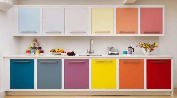 Кухня с разноцветными фасадами