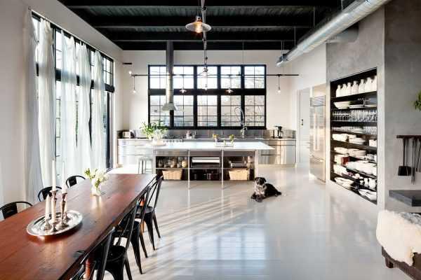 При большой высоте помещения потолок можно оформить в темных тонах