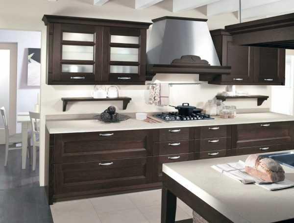 Сочетание темно-коричневого и белого на кухне
