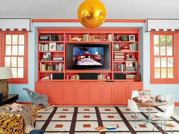 Living Coral в интерьере комнаты