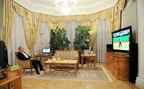 Президент смотрит телевизор