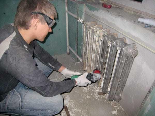 Механическое удаление старой краски с батареи